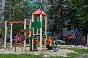 Изображение выглядит как внешний, трава, красный, игровая площадкаАвтоматически созданное описание